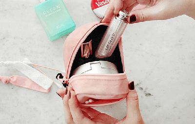 Every girl must have a practical and good-looking portable cosmetic bag